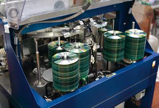 ディスク修復装置の頂点に位置する「Eco Super」。15秒に1枚のディスクを修復する世界最高速機で、米英独豪スペインで30台が稼働中