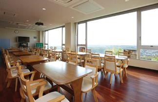 新社屋2階の社員食堂。東シナ海が一望でき、天気のよい日には遠く開聞岳も見える