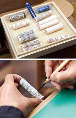 有田焼万年筆に下絵を施す工程。この後、施釉して、本焼きされ、 さらに赤絵付けなどの工程を経て完成する
